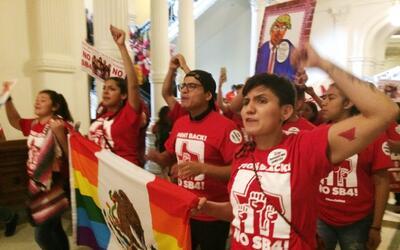 Un grupo de manifestantes marchan en el Capitolio de Texas el lunes 29 d...