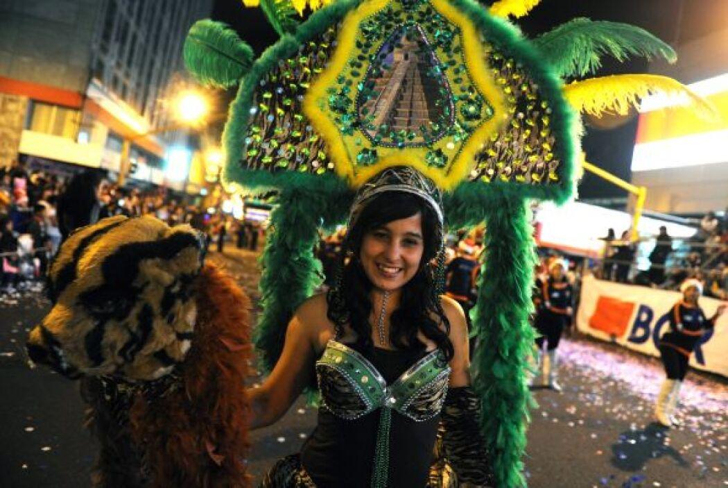 Las calles de San José se iluminan y brillan entre luces y sonrisas de l...