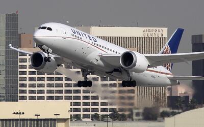 United Airlines ofrecería hasta 10,000 dólares a pasajeros que cedan vol...