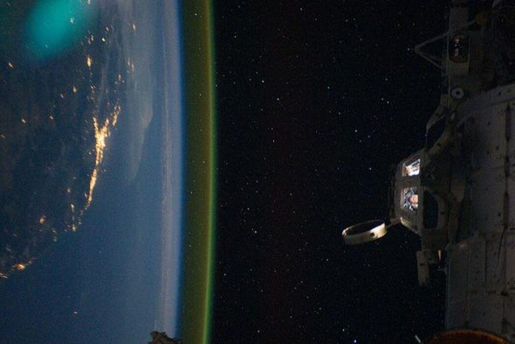 Vista lateral de Australia durante la noche, tomada desde la  Estación E...