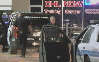 Empleados de una armería al oeste de Houston confrontan a sospechosos qu...