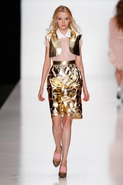 Puedes mezclar el dorado con algunas sutiles transparencias. Una falda d...