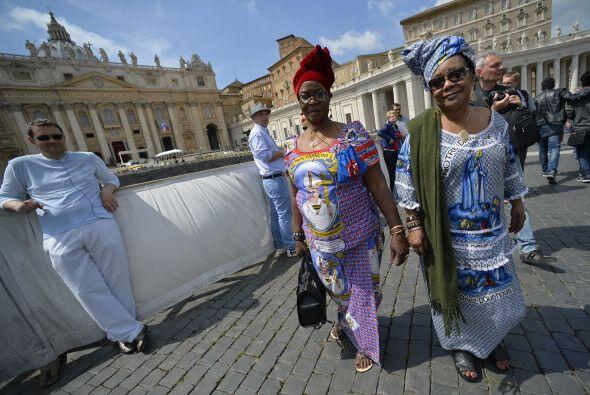 Y estas mujeres también llevaron estampados referentes los Papas...