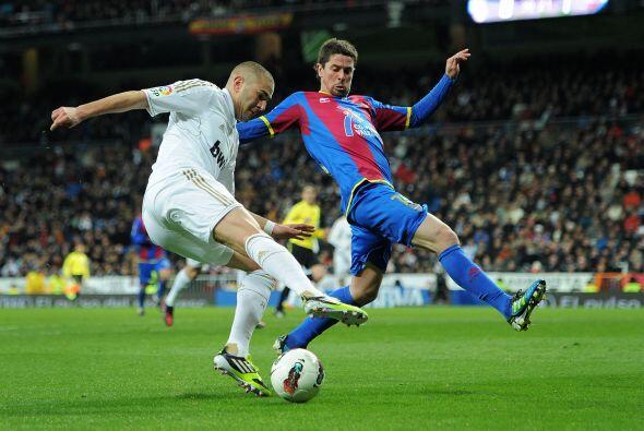 Karim Benzema se vio muy pegado a la banda derecha y de ahí mand&...