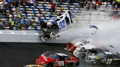 El auto de Kyle Larsen terminó proyectándose hacia las gradas, en donde...