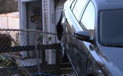 El carro quedó inclinado sobre una verja que frenó su descontrolado paso...
