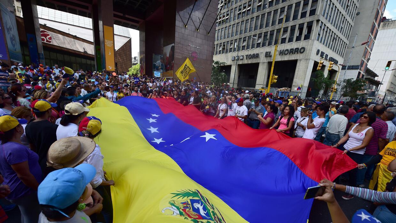 A las afueras de la Asamblea hubo concentraciones de chavistas y oposito...
