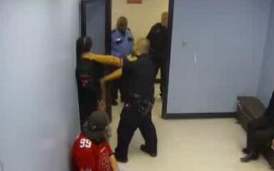 Exoneran a un policía de Houston que había sido demandado por uso excesi...