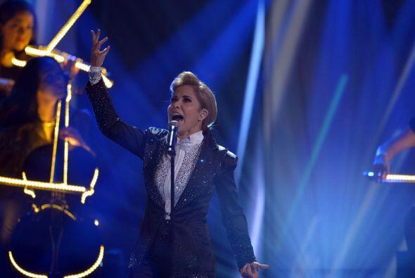 Gloria Trevi, mostrando su lado más masculino, interpretó 'Como yo te amo'.
