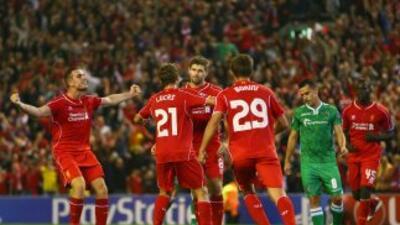 Gerrard celebra su gol, que le dio el triunfo a Liverpool en el último m...