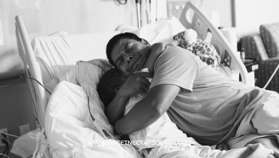 Adrián Gómez abraza a su hijo Hugo, poco antes de que muriera por cáncer...