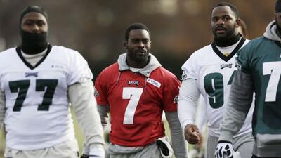 Michael Vick cree que aún puede llevar los mandos de un equipo (AP-NFL).