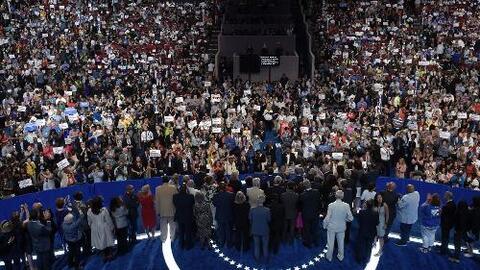 Abucheos, división y disculpas marcan el primer día de la convención dem...