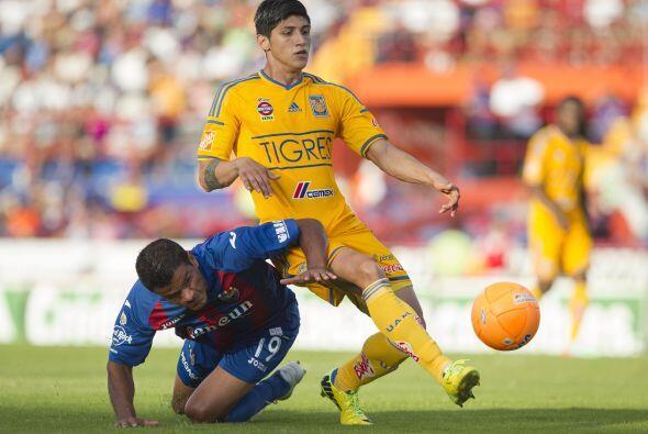 Alan Pulido.- El delantero de Tigres anotó los dos goles de su eq...