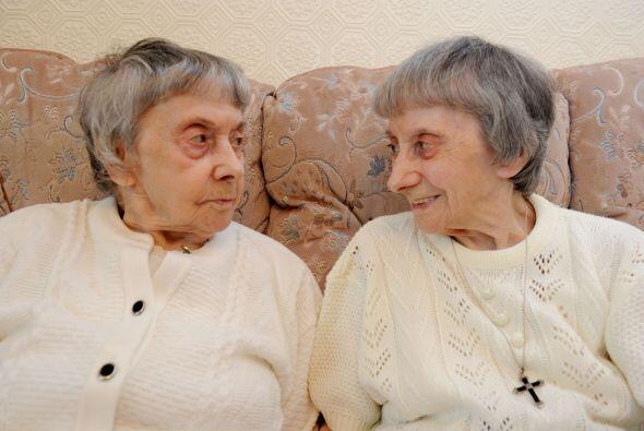 Las gemelas Joan y Jessie Baker se tomaron muy en serio su papel de herm...