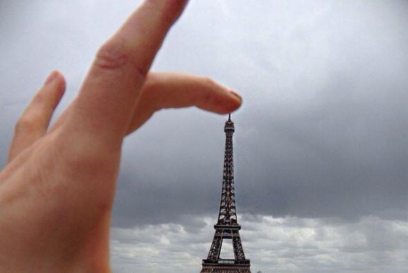 La Torre Eiffel le gustó tanto que se la quiso llevar y tener s&o...