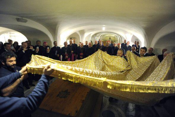 Con la exhumación de los restos de Juan Pablo II se da paso al primer mo...