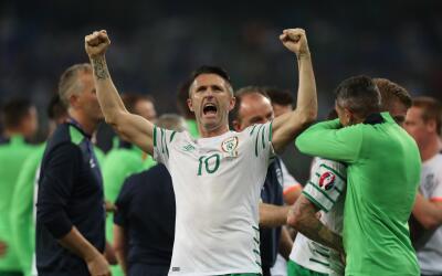 Robbie Keane celebra el triunfo de Irlanda sobre Italia