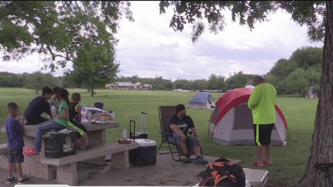 Miles de personas llegan a acampar a los parques de la ciudad durante el...
