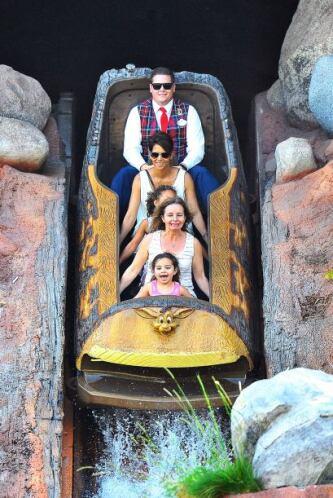 Una de las tantas ventajas de ser famoso es que en Disney no pagan nada....