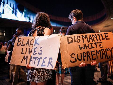 Neoyorquinos se unen en una vigila para apoyar a las víctimas de...