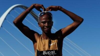 Farah, de 29 años, se convierte en el segundo atleta en revalidar el tít...