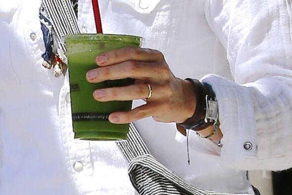 Y, mientras sostenía un jugo verde, notamos su argolla. Más videos de Ch...