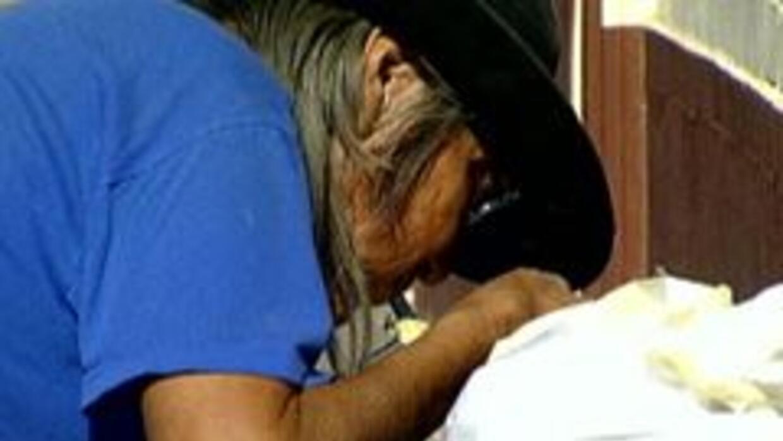 Persona sin hogar buscando comida en Phoenix
