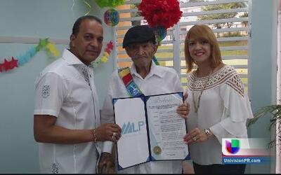 Anciano celebra sus 100 años de edad en familia