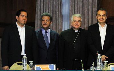 Monseñor Emir Paul Tscherrig, acompañado del exmandatario español José L...