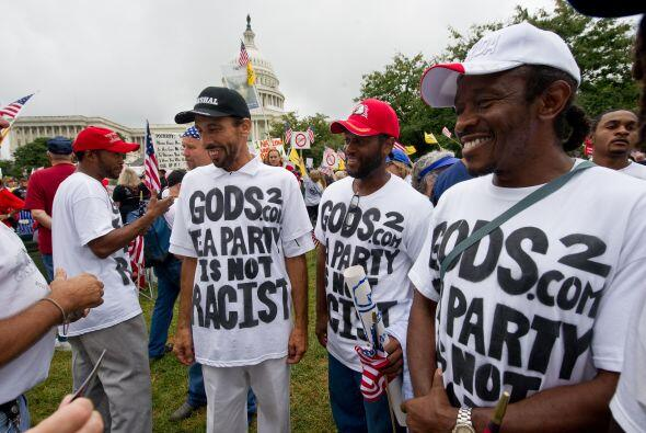 Varios miles de personas marcharon a lo largo de la Avenida Pensilvania...
