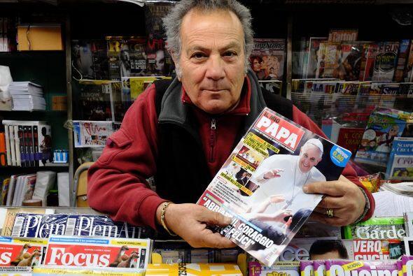 Un vendedor de periódicos romano tiene la nueva revista italiana...
