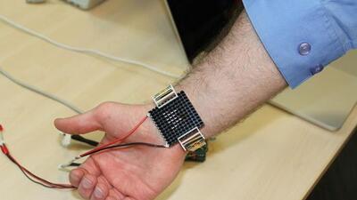 La pulsera monitorea la temperatura corporal y enviar variaciones de cal...
