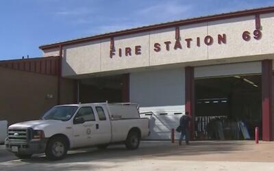 Bomberos de Houston cobijaron y dieron de comer a tres niños que fueron...
