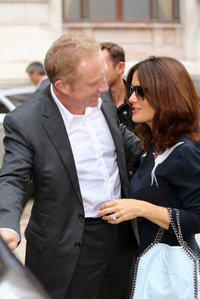 Miren nada más cómo observa Henri a su adorada esposa. ¡Eso es amor del...