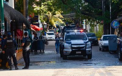 Policía patrulla en los alrededores de Blue Parrot, el lugar dond...