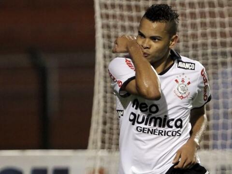 Corinthians derrotó 3-0 a Oeste y se instaló como l&iacute...