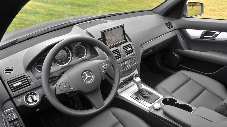 Interior del Mercedes-Benz C-Class 2009, uno de los modelos afectados po...