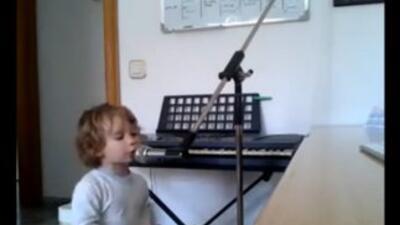 Niño de 2 años cantando blues con el alma