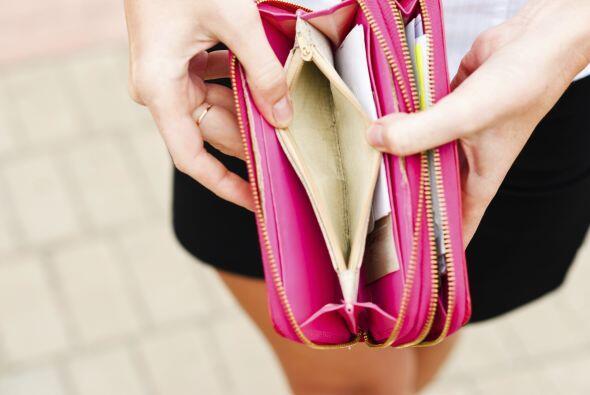 Por ejemplo, tu cartera siempre está en contacto con tus manos, o la dej...