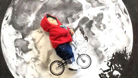 El pequeño Grayson en la bicicleta voladora de E.T.