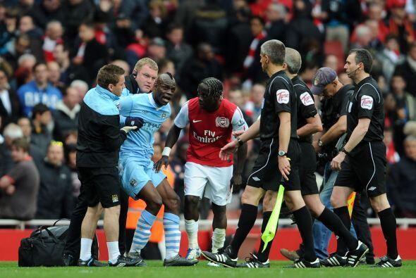 Mario Balotelli del Manchester City estaba desesperado ante Bacary Sagna...