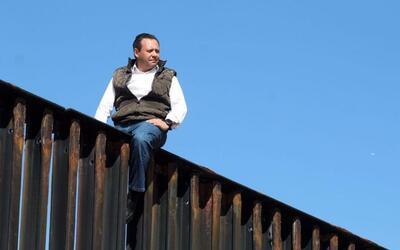 En video: un diputado mexicano escala la valla fronteriza para decirle a...