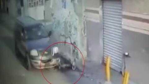Conductor se lleva por delante a un ciclista y se da la fuga tras el atr...