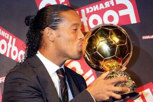 En tanto que Ronaldinho levantó este trofeo en el 2005 tras obtener el t...