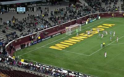 La defensa de Minnesota es un caos y el alemán Florian Jungwirth empuja...
