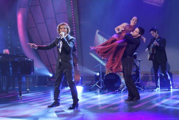 El cantante español no podía faltar en el show de los 50 años de Sábado...