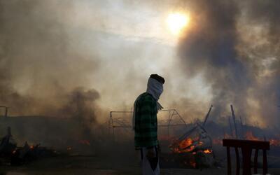 'La Jungla' de Calais queda arrasada por el fuego y prácticamente vacía