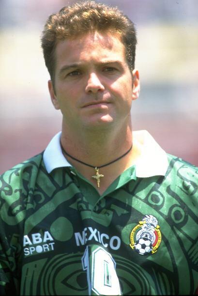 Luis García defendió la playera del América de  1994 a 1997 y de  1998 a...