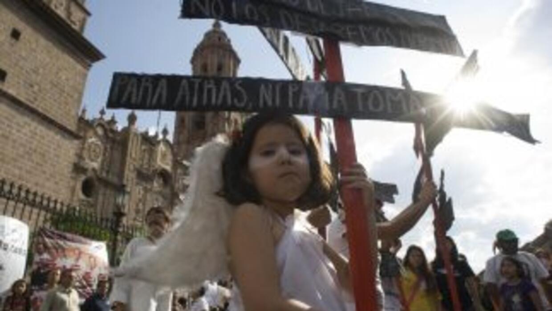Una niña participa de la caravana de la paz cuando pasó por Morelia, Mic...